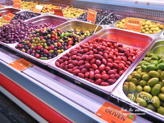 Rote Oliven in der Auslage