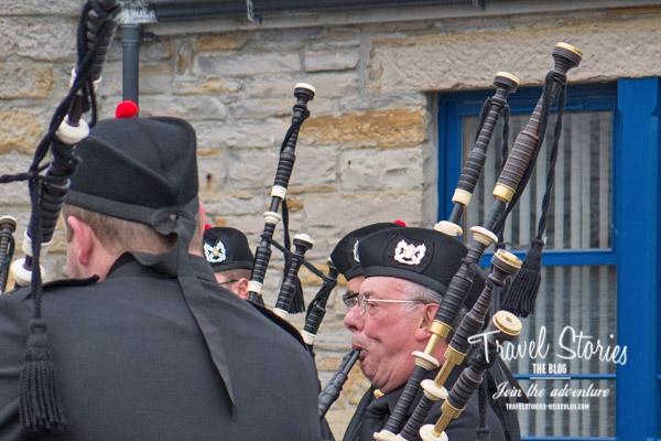 Die Stromness RBL Pipe Band spielt am Stromness Pier Head auf. ©Sabine Mey-Gordeyns
