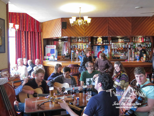 "In der Bar ""Hamnavoe Lounge"" vom Stromness Hotel - Pub Session am Sonntag. ©Sabine Mey-Gordeyns"