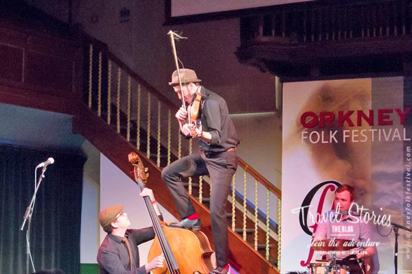 Gordie MacKeeman and his Rhythm Boys aus Kanada beim Orkney Folk Festival 2015 in der Town Hall von Stromness - Farewell Concert ©Sabine Mey-Gordeyns