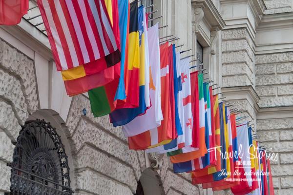 Internationale Flaggen hängen nebeneinander