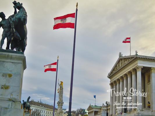 Parlament in Wien mit österreichischen Fahnen