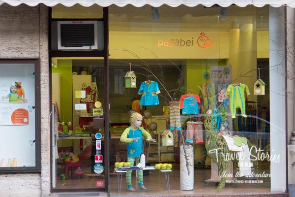 Schaufenster mit farbenfroher Kinderkleidung