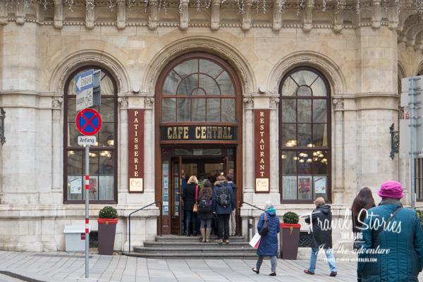 Schlange vorm Cafe Central in Wien