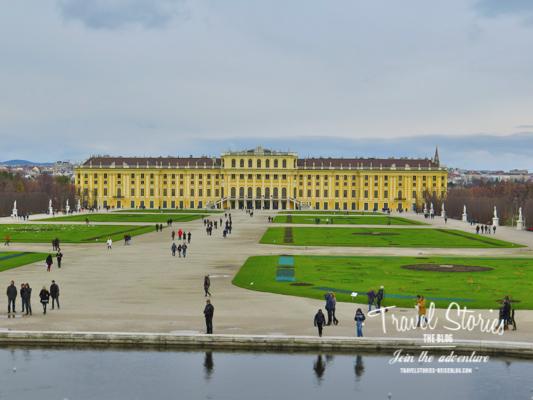 Blick auf Schloss Schönbrunn mit Garten
