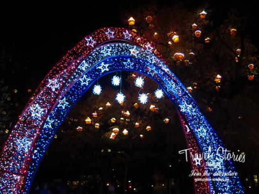 Lichterbogen am Adventsmarkt vor dem Rathaus in Wien