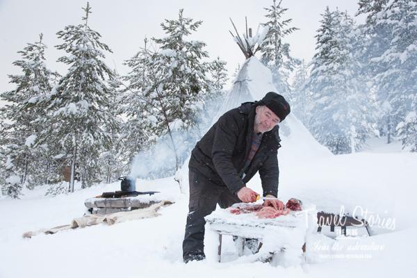 Sonny nimmt den frisch gefangenen Fisch aus ©Sabine Mey-Gordeyns