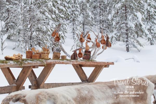 Tischdekoration in der Wildnis mit Naturmaterialien und wärmende Rentierfelle ©Sabine Mey-Gordeyns