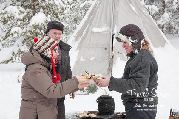 Karin beherrscht die Kunst des outdoor-cooking auch bei Minusgraden! ©Sabine Mey-Gordeyns