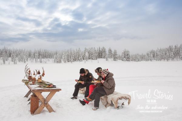 Outdoor-Picknick in Schwedisch Lappland auf kuscheligen Rentierfellen ©Sabine Mey-Gordeyns