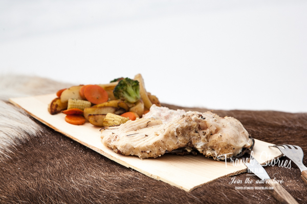 Fangfrischer Fisch serviert auf einem dünnen Brett aus Birkenholz, das nach dem Essen verbrannt wird ©Sabine Mey-Gordeyns