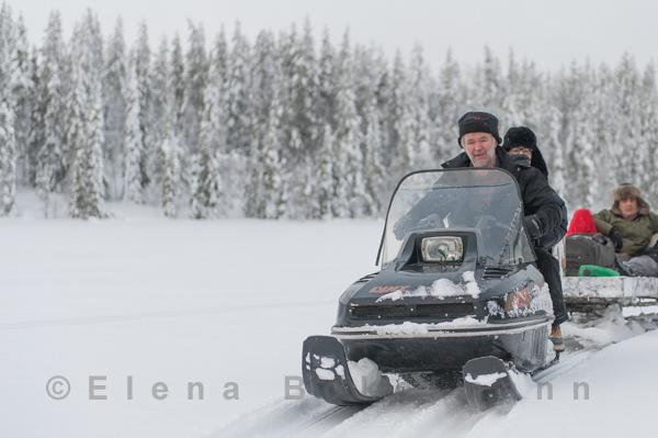 Wildnisführer Sonny Holmberg bringt seine Gäste behutsam ans Ziel ©Elena Bokelmann