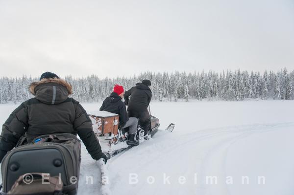 Mit Schneemobil und Anhänger in die Wildnis ©Elena Bokelmann