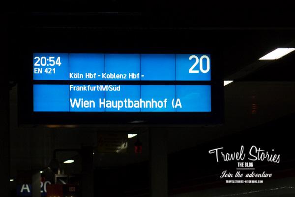 Zuganzeiger: Freudige Reise-Erwartung! ©Sabine Mey-Gordeyns, travelstories-reiseblog.com