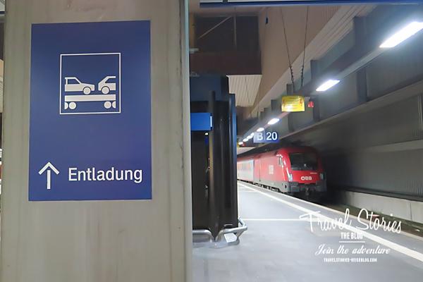 Bahnsteig mit Zug
