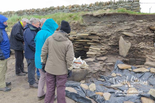 Besuchergruppe am Sanday Burnt Mound ©Sabine Mey-Gordeyns