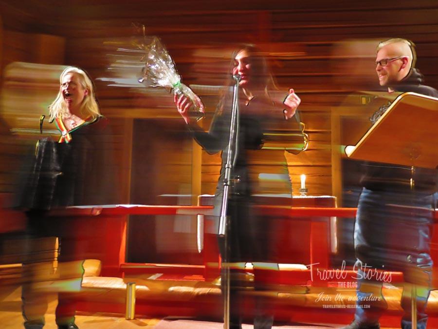 Yana Mangi, Kristina Shtegman und Tobbe Broström beim Schlussapplaus in der Gamla Kyrkan in Jokkmokk ©Sabine Mey-Gordeyns