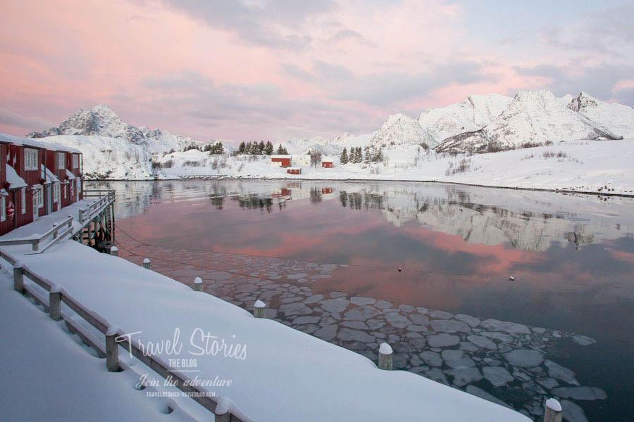 Winter auf den Lofoten: ganz großes Kino von morgens bis abends. Bequem fotografiert aus unserem Schlafzimmer im Nyvagar Rorbuhotell in Kabelvag ©Sabine Mey-Gordeyns