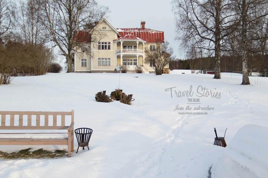 Das alte Pfarrhaus Revsunds Prästgard ist eine imposante Erscheinung und liegt idyllisch oberhalb eines Sees ©Sabine Mey-Gordeyns