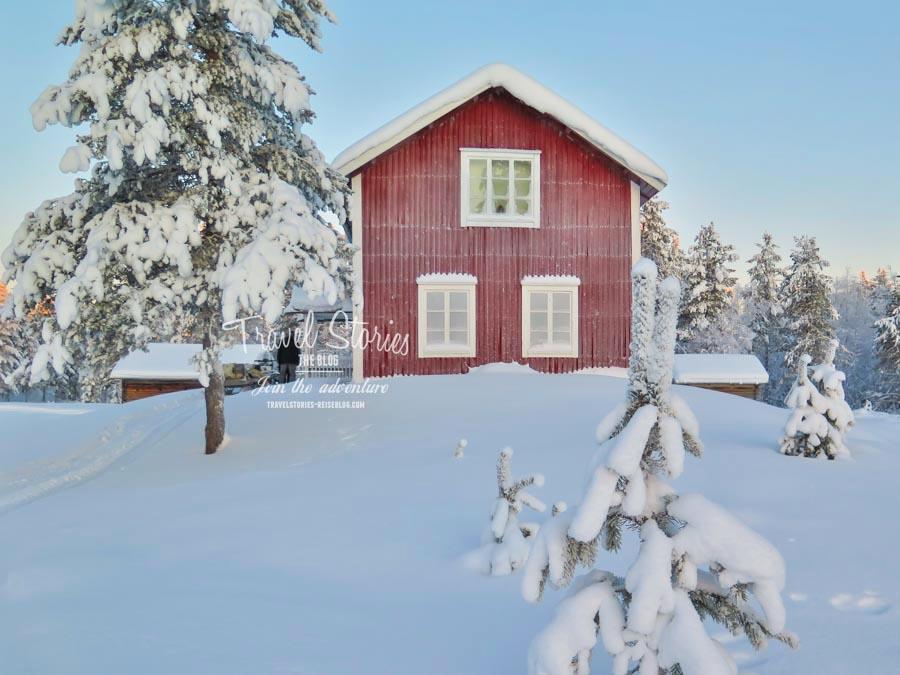 Schwedisches Kulturgut: Das Haus in der Wildnis, pur und ohne jeglichen Komfort der Zivilisation. Seht Ihr im Hintergrund den orangen Schimmer der aufgehenden Sonne? Unbezahlbar! ©Sabine Mey-Gordeyns