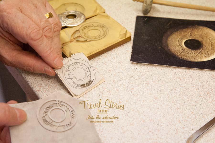 """Sheila Fleet erklärt am """"signature piece"""" Skyran den Silberschmiede-Prozess ©Sabine Mey-Gordeyns"""