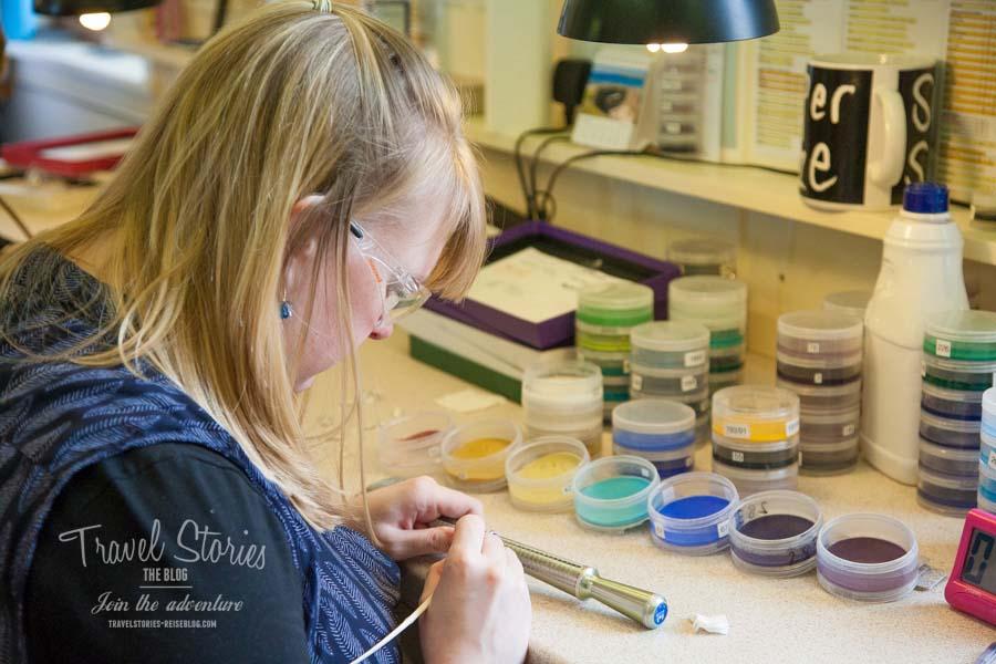Ein Sheila Fleet Ring entsteht: Emaille wird aufgebracht ©Sabine Mey-Gordeyns