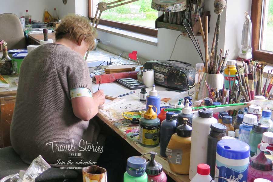 Maria Olinowetz in ihrem Atelier in Gotschuchen ©Sabine Mey-Gordeyns, travelstories-reiseblog.com