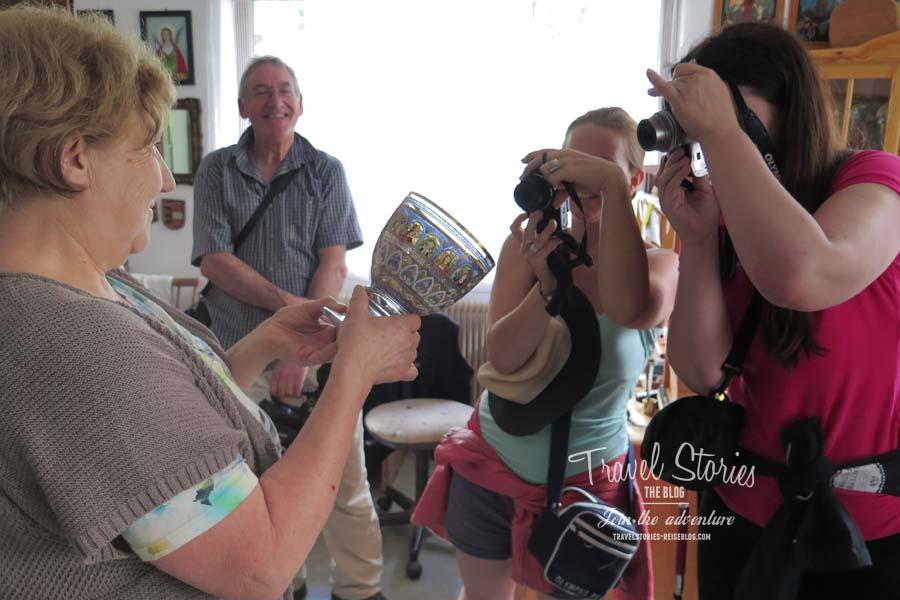 Maria präsentiert einen bemalten Kelch ©Sabine Mey-Gordeyns, travelstories-reiseblog.com