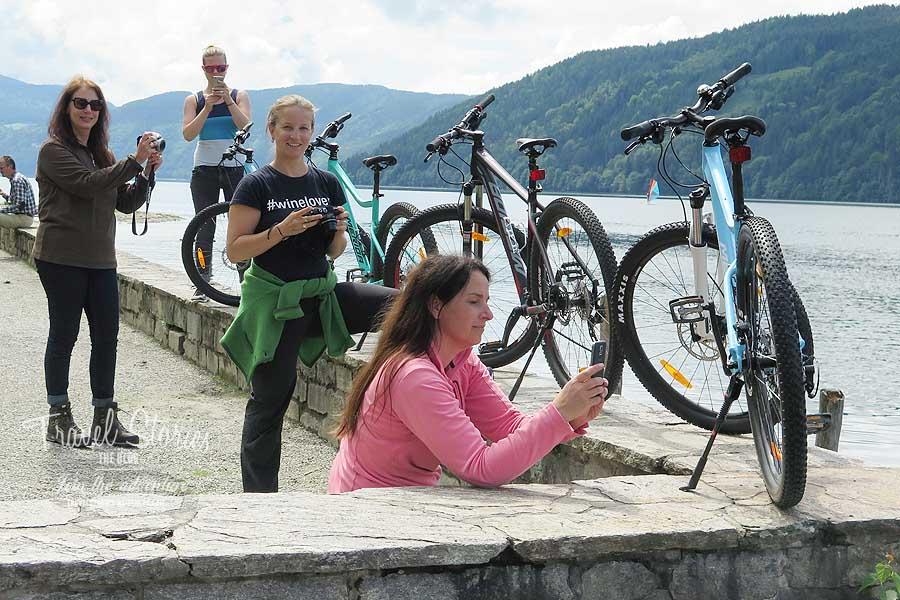 Blogger-müssen-immer-alles-erst-fotografieren!!! Von l.n.r: Sabine, Lucia, Elena, Angelika ©Sabine Mey-Gordeyns, travelstories-reiseblog.com