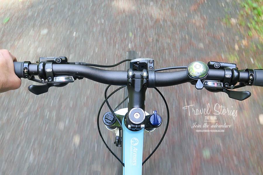 Und unter mir fliegt der Weg vorbei: Perspektive vom Mountainbike Marke Merida ©Sabine Mey-Gordeyns, travelstories-reiseblog.com