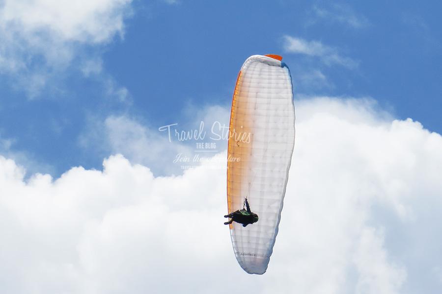 Unter den Wolken: Gleitschirmflieger über dem Radsberg ©Sabine Mey-Gordeyns, travelstories-reiseblog.com