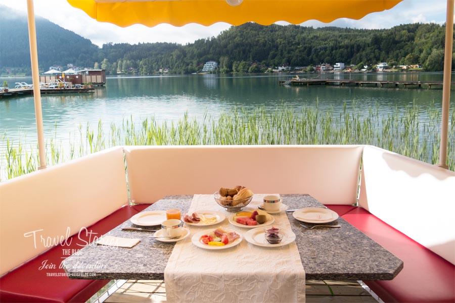 """Sommerliches Frühstück in der """"Gondel"""" nicht am, sondern auf dem See! © Sabine Mey-Gordeyns, travelstories-reiseblog.com"""