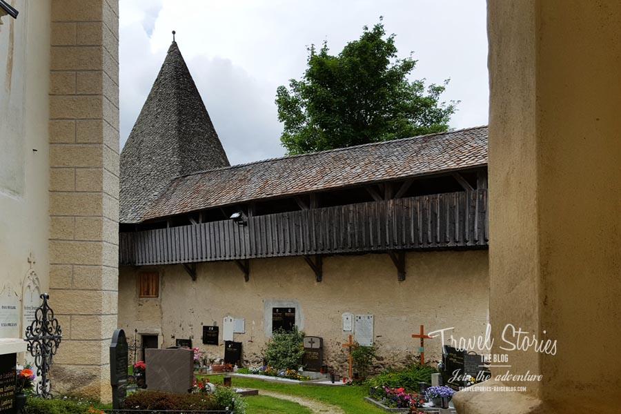 Die Wehrmauer rund um die Kirche - bis heute erhalten © Sabine Mey-Gordeyns, travelstories-reiseblog.com