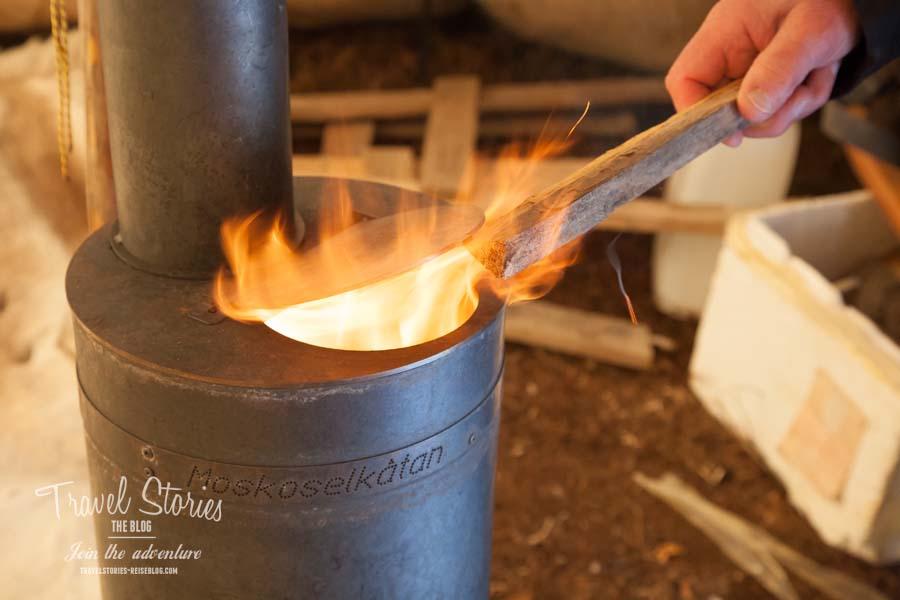 Keep the fire burning! Der Holzofen verbreitet sehr schnell wohlige Wärme © Sabine Mey-Gordeyns, travelstories-reiseblog.com