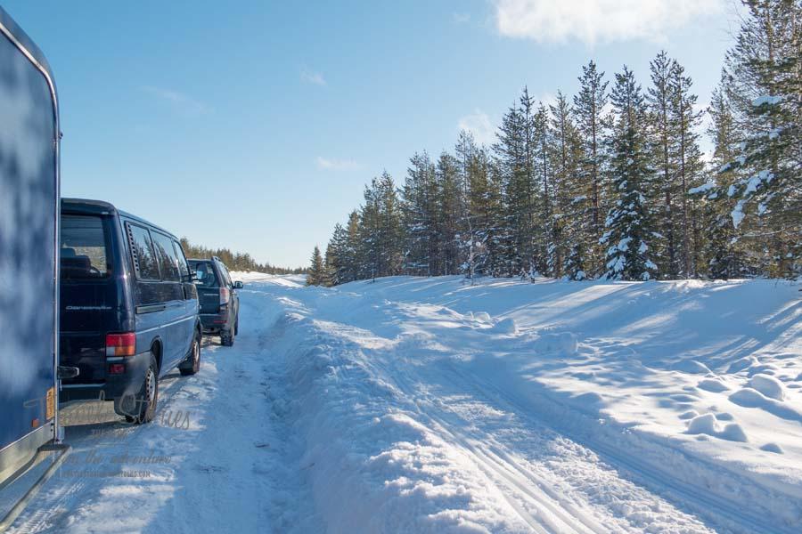 Parkbucht, Graben, Schneemobilspur und Hügel - Hindernisse, die mit Gepäck überwunden werden wollen © Sabine Mey-Gordeyns, travelstories-reiseblog.com