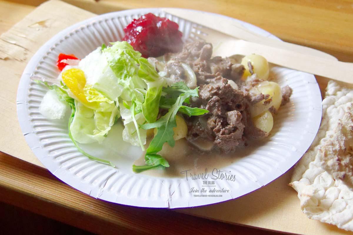 Rentierfleisch mit Fladenbrot auf Birkenholztablett ©Sabine Mey-Gordeyns, travelstories-reiseblog.com
